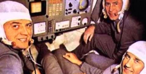 Astronautas muertos sonríen