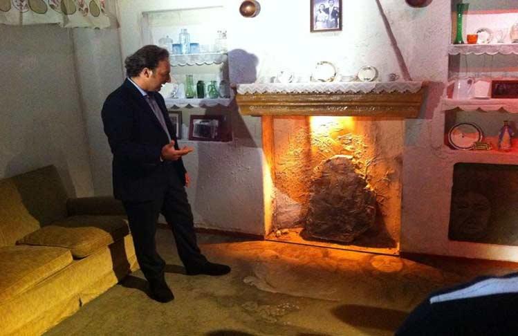 Iker Jiménez investigando las caras de Bélmez para Cuarto Milenio.