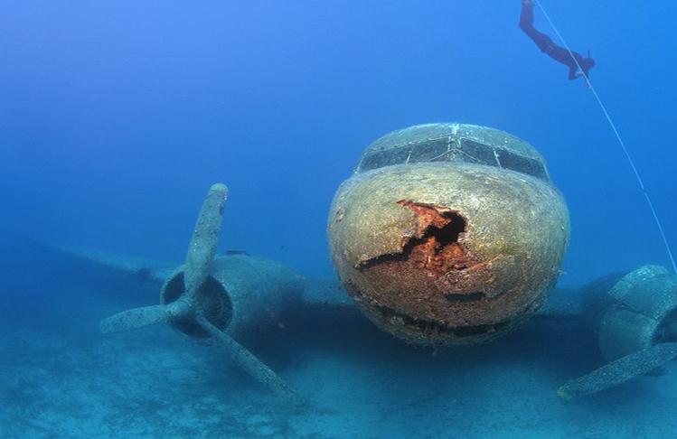 Muchas personas observaron cómo algo que procedía del cielo sin ir más lejos, y muy parecido a una aeronave, se estrellaba contra el agua e impactaba contra el Océano.