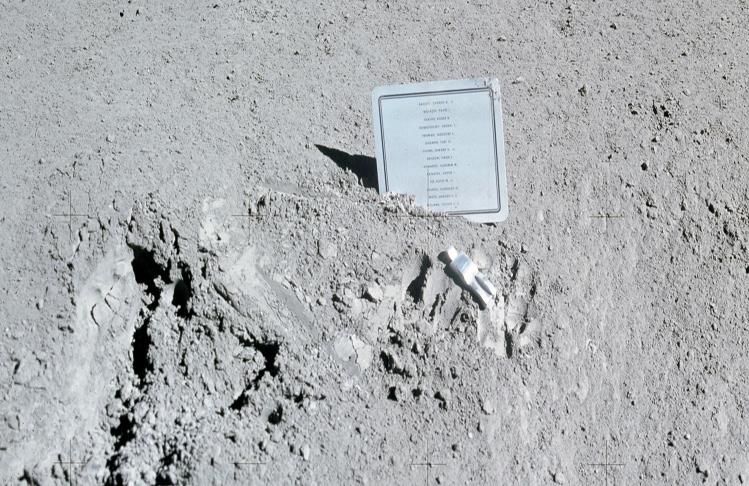 Escultura encontrada en la superficie de la Luna. Sobre esta, una placa conmemorativa.
