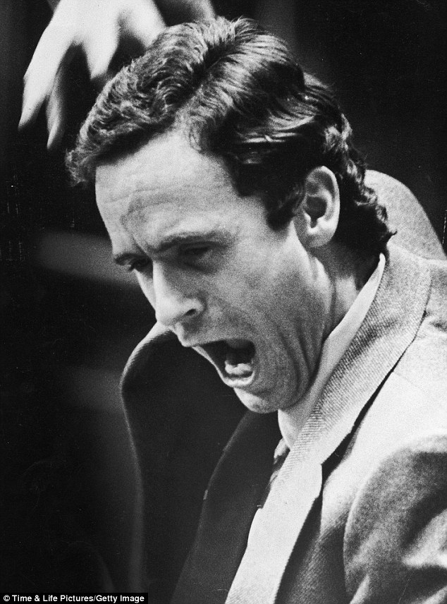Ted Bundy autodefendiendose en su juicio.