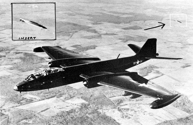 Este era el bombardero B-57, que vivió la persecución OVNI mientras rodaba secuencias para la publicidad de la Fuerza Aérea americana. Al revelar los resultados, analistas fotográficos descubrieron en tomas realizadas, tanto fotos como vídeos, un OVNI camuflado que siguió todo el tiempo el vuelo del bombardero.