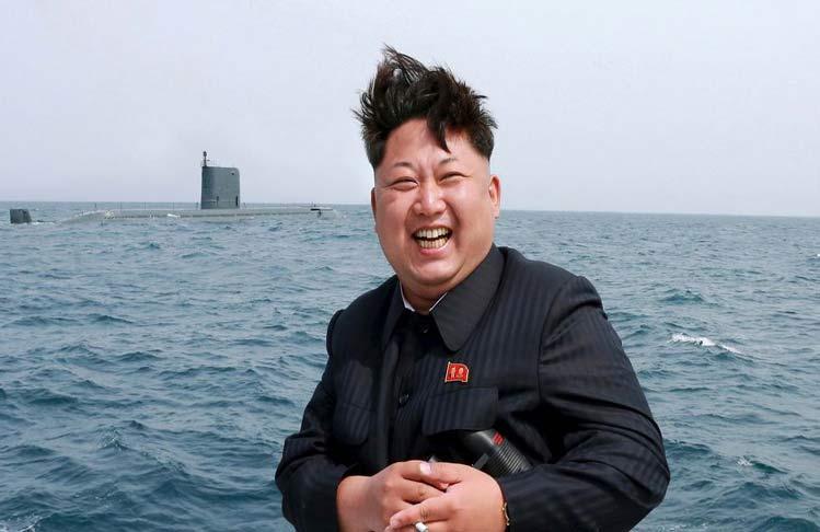 Kim Jong-un en unas maniobras navales, posiblemente de lanzamiento de misiles desde submarinos.