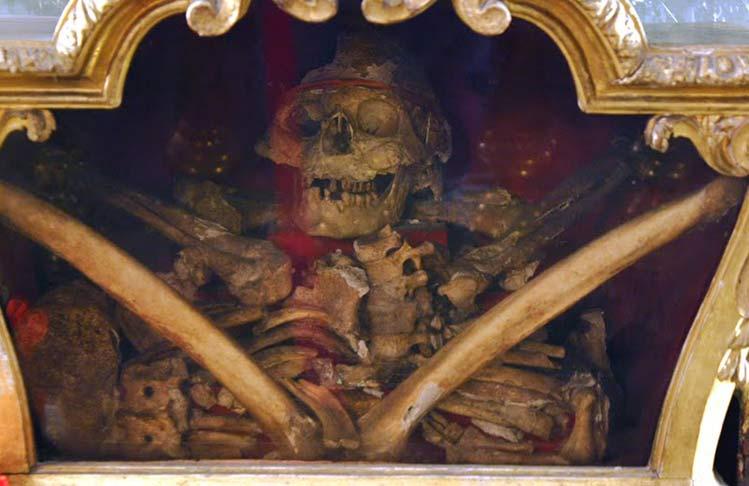 Hay una Iglesia en Madrid que dice poseer los restos/reliquias del Santo Valentín. Se encuentra en Chueca y se trata de la Iglesia de San Antón. Cuentan que los restos fueron hallados en Roma y que el Papa se los donó a Carlos IV. Pero la historia dice que en otras muchas Iglesias también dicen que poseen los verdaderos restos del Patrón de los Enamorados.