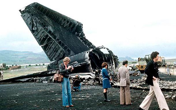 Dos Boeing 747, vuelo 4805 de KLM y vuelo 1736 de PAN AM. 583 muertos, 61 heridos. Los pilotos de PAN AM pudieron observar al KLM 8 segundos antes del impacto. El KLM se llevó todo el techo del PAN AM, matando al instante a la mayoría del pasaje americano de la parte trasera del 747.