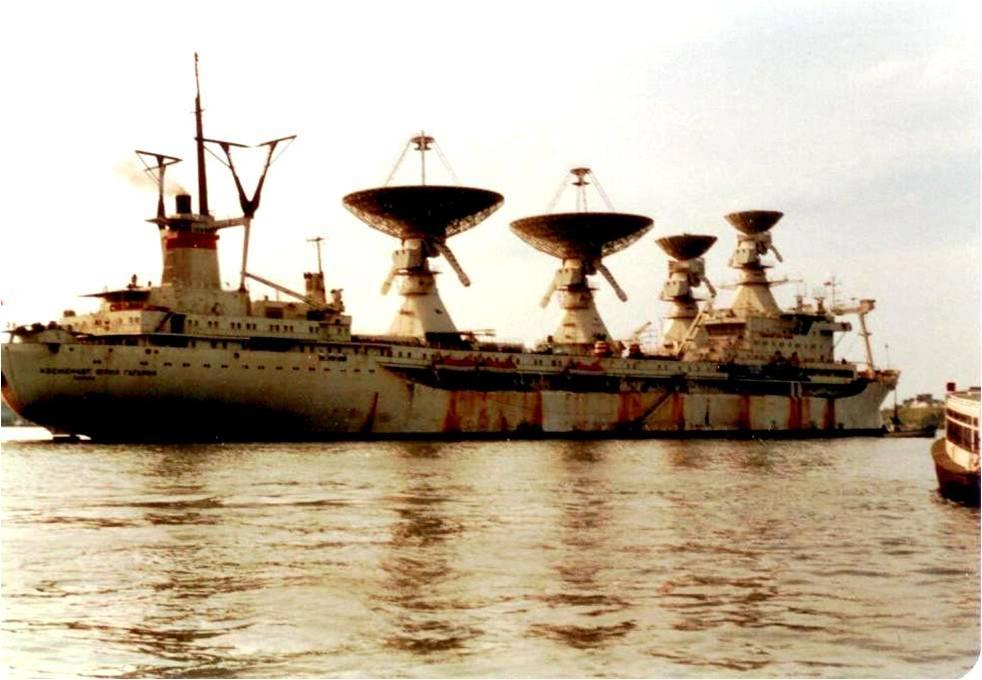 buque espia ruso atracado en la Habana 1971